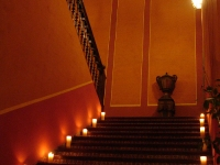 La Escalera de Noche, Iluminada con Velas